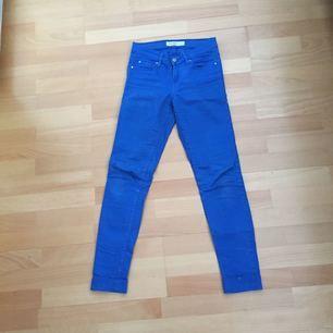 """Jeans ifrån Cubus i modellen """"Gemma"""" i koboltblå färg! Riktigt snygga och skulle även kunna passa w24 och w26, har vikt upp dem och skrynkliga pga legat i garderoben"""