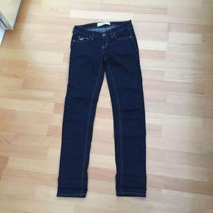 Jeans från hollister i w25, passar även w24 och w26 i L33 så passar de som är extra långa, annars är det bara vika upp som jag har gjort. Kostade ca 700kr nypris och använda fåtal gånger