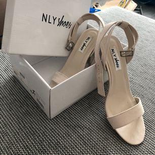 """High heel Sandal från NLY i färgen """"sand"""" storlek 38 Använt en gång vid ett kortare tillfälle. Till studenten, balen eller sommar-bröllop Kan mötas upp i stockholm (endast helger) eller skicka på post (köparen betalar frakten)"""