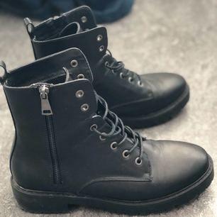 Kängor i faux skinn, färg: svart. Storlek 39. Använda 1 gång, säljer pga ej min smak av skor. I topp skick. Kan mötas i stockholm, annars posta (köparen betalar frakt)