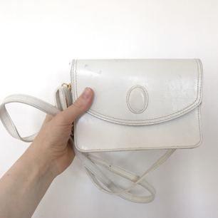 Väska i äkta läder, band i fuskskinn. Finns lite fläckar på den men inget som stör. 18x12x5cm +36 för frakt
