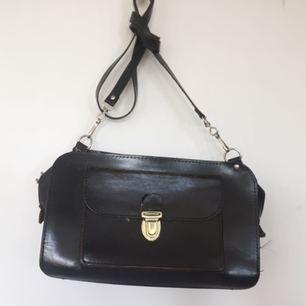 Väska i äkta läder, behöver lagas i två hörn och drag-grejen på dragkedjan är trasig