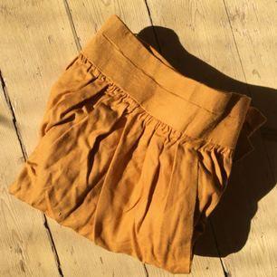 Jättefin, kort, senapsgul kjol. Perfekt till sommaren 🌻