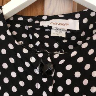 Jättehäftig vintageklänning från Ellen Ashley!! Lite sliten på bröstet (se bild) men inget som syns alldeles för mycket, samt en knapp som saknas - därav priset. Tycker ändå att den är jättehärlig och förtjänar ett nytt hem!