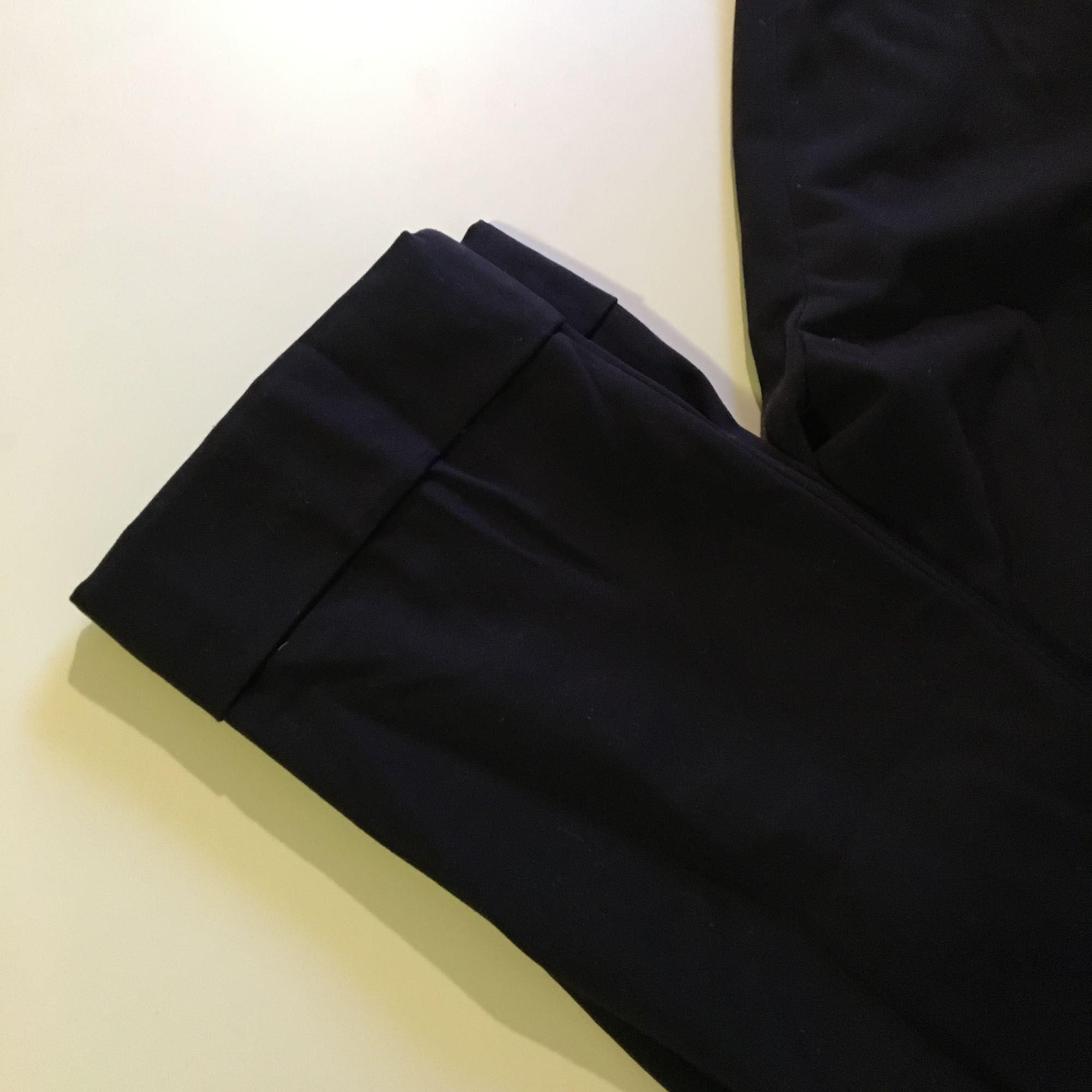 Jeans   Sköna kostymbyxor från Mango i mörk marinblå. Ankellängd med uppvikt  benslut. d868b8ea87d75