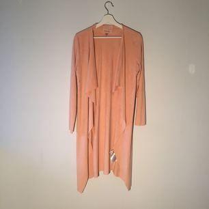 Nu är sommaren här då kan man självklart köpa en sommar jacka! Det är ett stretch plagg och har en skön rosa färg🌸
