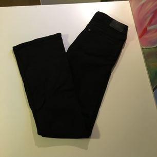 Utsvängda svarta bootcut jeans från H&M. Nyskick, använda en gång. Låga i midjan.