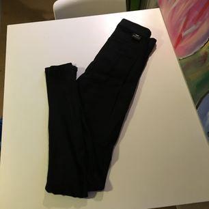 Svarta jeans från Dr. Denim i modell Solitaire. Fint skick!