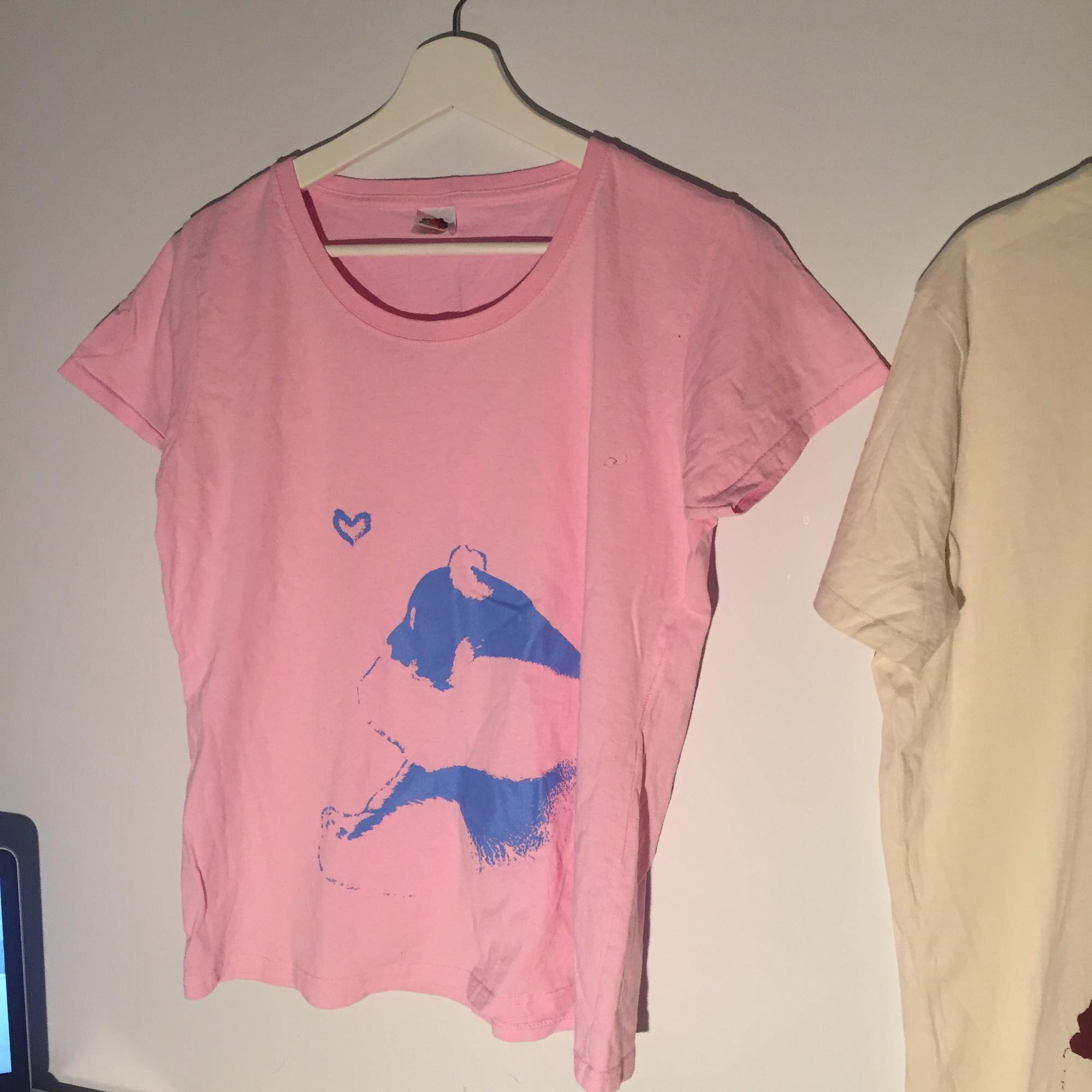 Här är två så söta tröjor med en stor gullig panda! De kostar 50kr st.. Toppar.