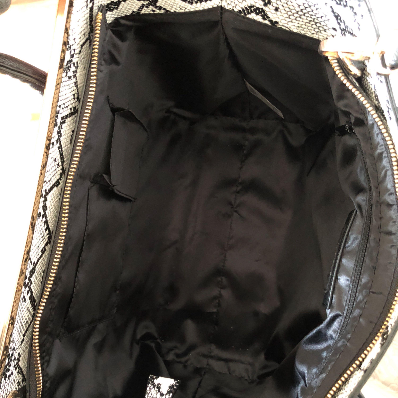 Rymlig väska från River Island.  Fusk skinn.  Löstagbart långt axelband.  Använd 2 gånger.   Upphämtning i Fålhagen Uppsala.  Kan postas, men då tillkommer fraktkostnad. . Väskor.