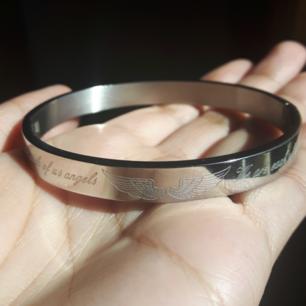 Silverarmband från BIJOUX BY US, med ett par vingar och texten