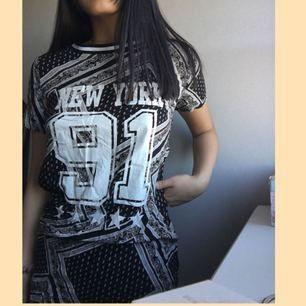 Cool lång t-shirt/ klänning, passar bra till sommaren. Säljer den pga jag har en liknande. Köparen står för frakten💕