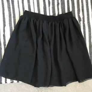 Svart skir kjol från American aparell. Mycket fint skick. Frakt tillkommer med 18 kr.