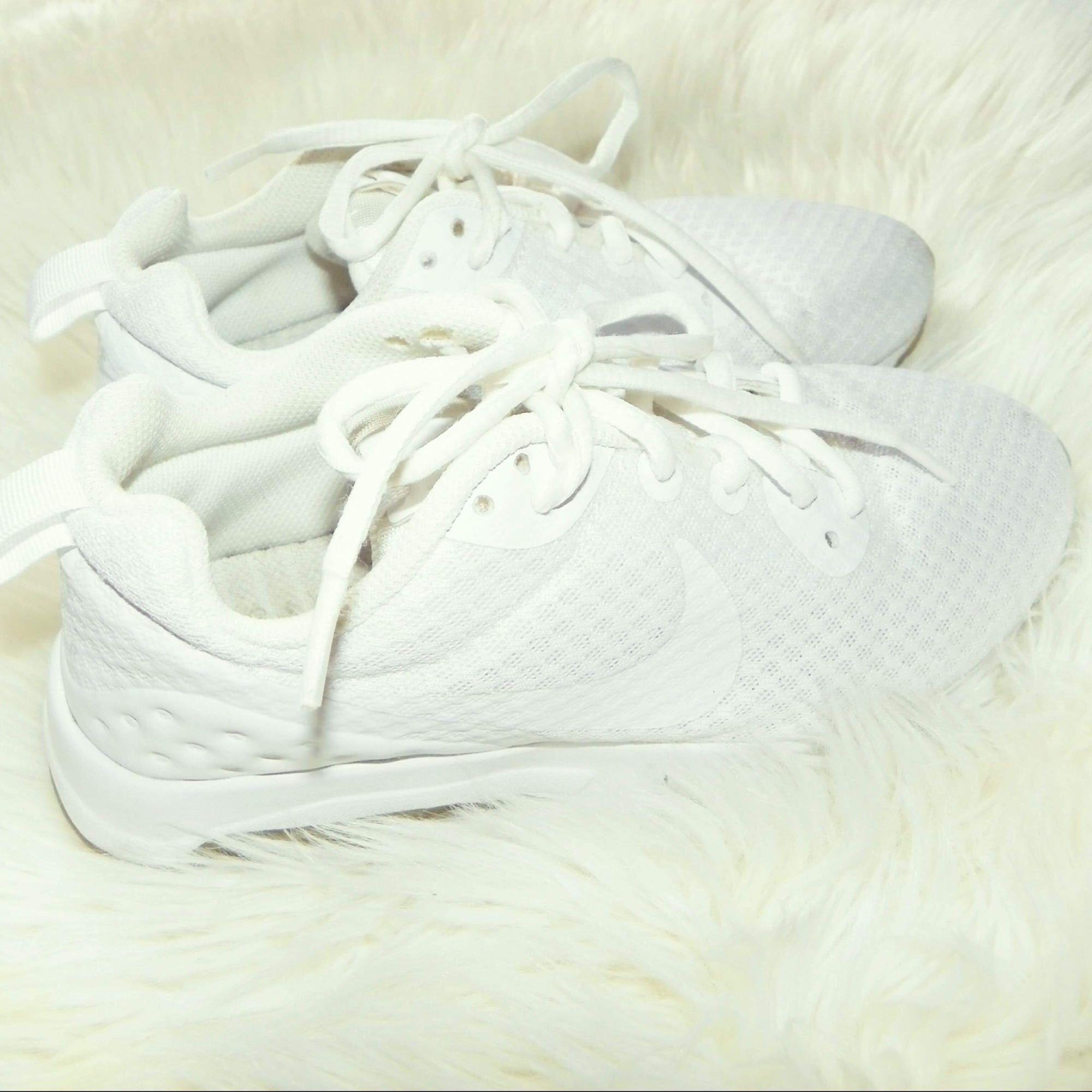 Ett par Nike air max i storlek 36, skorna är i bra skick & kan skicka mer bilder om det önskas! Jag har swish & kan frakta så länge köparen står för frakten💌. Skor.