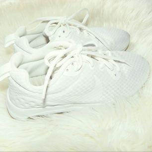 Ett par Nike air max i storlek 36, skorna är i bra skick & kan skicka mer bilder om det önskas! Jag har swish & kan frakta så länge köparen står för frakten💌