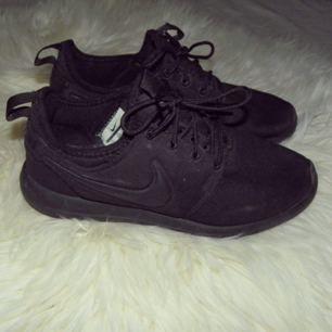 Ett par helt svarta Nike roshe two i storlek 36, inte använda så mycket då jag tycker den är lite stor på min fot! Jag har swish & kan frakta så länge köparen står för frakten💌