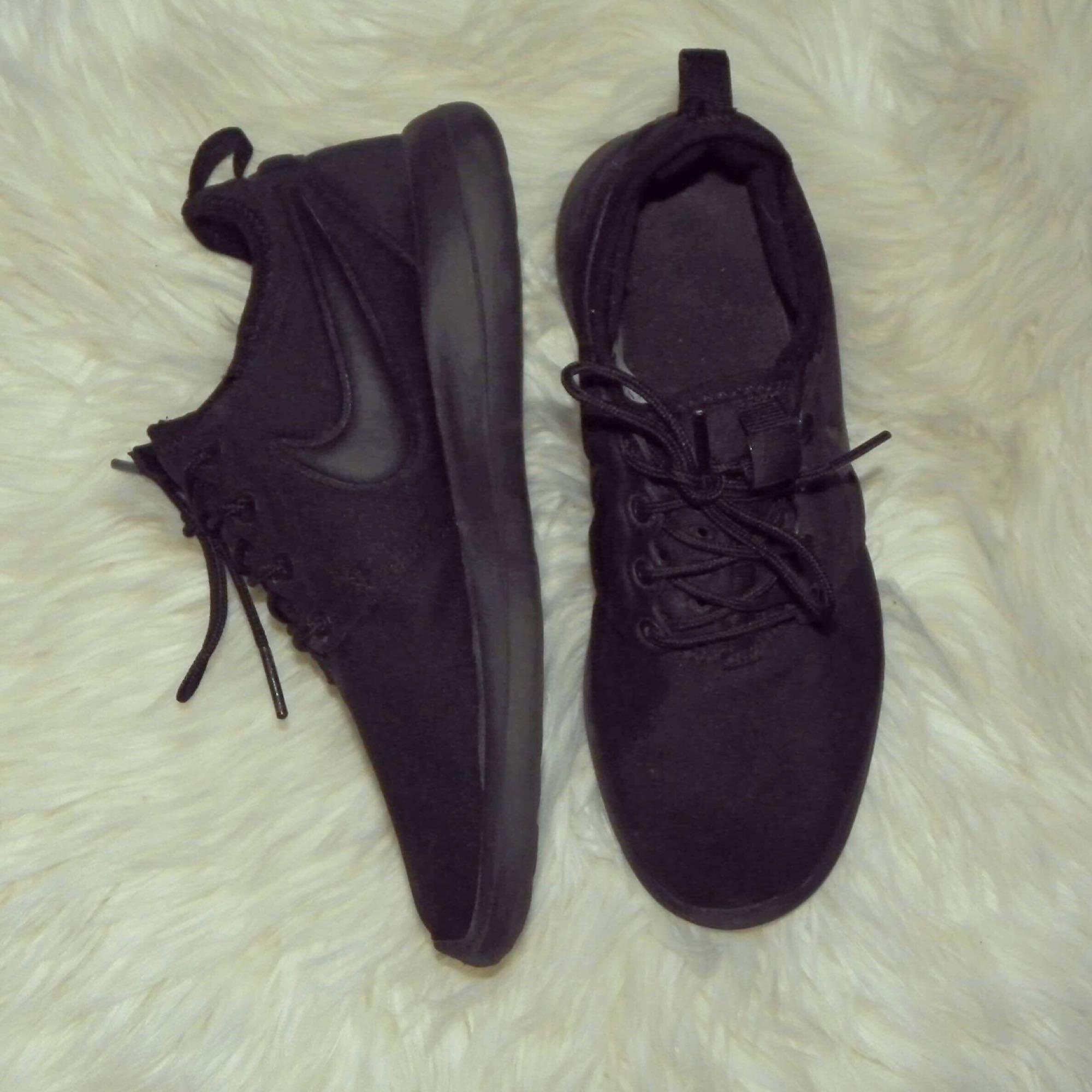 Ett par helt svarta Nike roshe two i storlek 36, inte använda så mycket då jag tycker den är lite stor på min fot! Jag har swish & kan frakta så länge köparen står för frakten💌. Skor.
