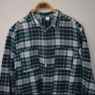 Flanell skjorta från h&m, otroligt skönt material och i bra skick! :)