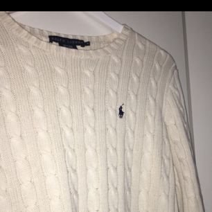 Kabelstickad benvit tröja från Ralph Lauren. Använd ett fåtal gånger och storleken är M.