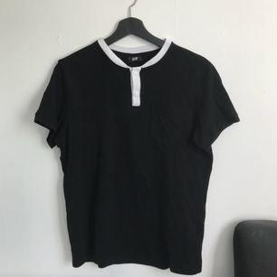 T-shirt i piké-material.