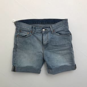 Weekday jeansshorts köpta på Weekday i Göteborg! Använda ett fåtal gånger under sommaren.