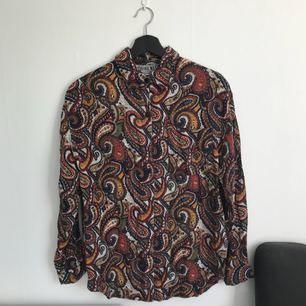 Paislay skjorta köpt på Beyond Retro! Använd en säsong! Fladdrig och skön.