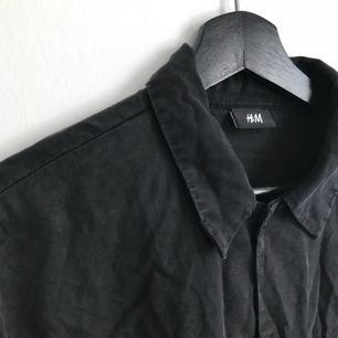 Fladdrig urtvättad svart skjorta. Två små skratch hål av katter på baksidan.🤓