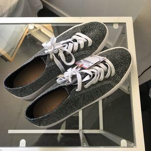 Supersnygga silverglittriga sneakers med lite platå från Pull   Bear. Helt  oanvända 31f5ba1cc4472