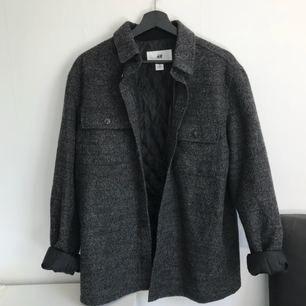 Vår/höstjacka 20% ull (har ej fickor förutom på bröstet).