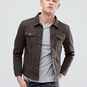 Moss grön jeans jacka nypris 673kr slim fit, Oanvänd  Frakt tillkommer eller möts upp i Sthlm 😊