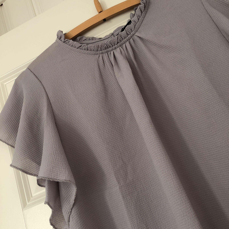 Säljer denna jättefina blus, då jag inte tyckte att färgen passade mig så bra. Den är oanvänd och endast testad en gång. Lappen sitter kvar. Det är storlek 38 men passar även en med 36! Betalas med swish och du står för frakt. ✨. Blusar.