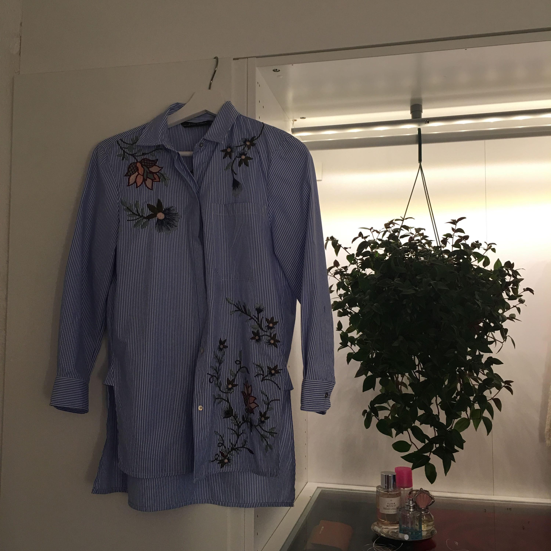 Blå- vit randig skjorta från Zara - Zara Skjortor - Second Hand c02f7ab0ace88
