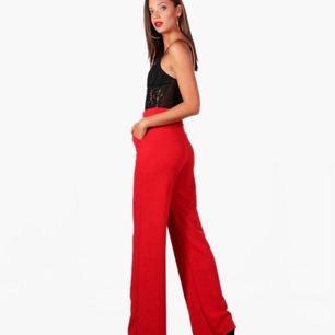 Ett par sjukt snygga röda byxor! Modellen på bilden har storlek 36.