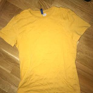 Gul t-shirt från H&m! 30 kr+frakt 39. Bra skick!