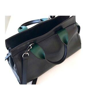 Säljer en knappt använd handväska i mjukt skinn från & Other Stories. Slutsåld. Mörkgröna detaljer vid handtag och längs blixtlåsrygg.  Nypris 1800 kr