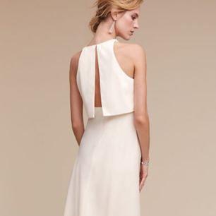 Oanvänd klänning med taggar kvar, storlek 36-38, går även att sy ut/in.  Finns att prova i slussen, Stockholm eller kan skickas med posten