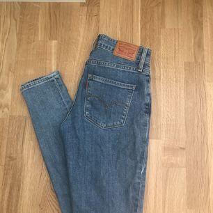 Levis jeans  Modell: 721 high Rise skinny  Storlek: 25  Kan mötas upp i Stockholm eller fraktar. Köparen står för frakten.