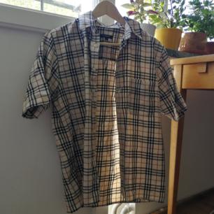 Kortärmad burberryskjorta, köpt second hand