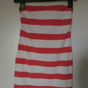 Klänning från H&M i strl S.  Längd: ca 64 cm. Frakt: 36 kr