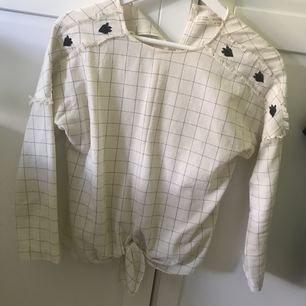 Säljer denna blusen från Zara girls i strl 164, jag själv är en Xs. Frakt ingår i priset 🌸