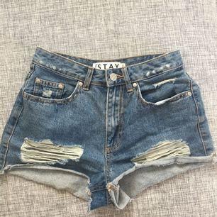 Säljer dessa 2 shorts då dem båda blivit för små. Båda har bara används få gånger. Båda är i storlek Xs. Kan frakta! De förstår paret är från carlings och det andra är från bikbok Pm för fler bilder 😊😊