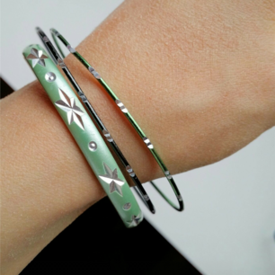 3 st armband. Det tjockare armbandet är 5,9 cm i diameter och de andra är 6,6 cm. Frakt: 9 kr