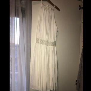 """Superfin klänning från bikbok. Öppenrygg och en """"cutout"""" på magen. Använd en gång. Priset är inkl frakt"""