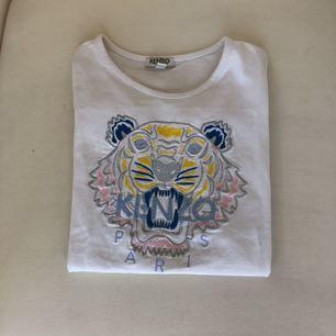 Vit Kenzo t-shirt. Säljs pga, växt ur. Bra skick!