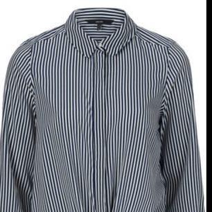 Säljer skjorta med knytning. Helt ny, endast provad!  Säljes pga fel strl och borttappat kvitto.   Strl S Nypris 250:-  HELT NY, FRI FRAKT!