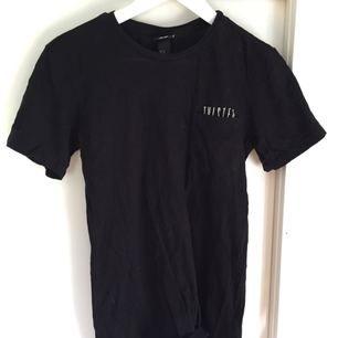 Fin tröja med ficka där det står 'twisted perception'  Fint begagnat skick