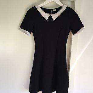 Fin klänning med krage och 'texturerat' tyg. Fint begagnat skick