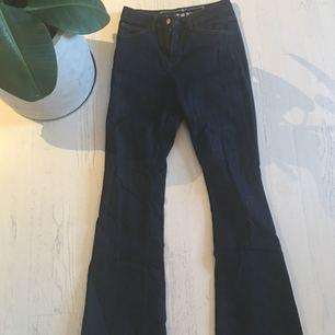 Mörkblåa jeans, stretch, från bikbok storlek 26