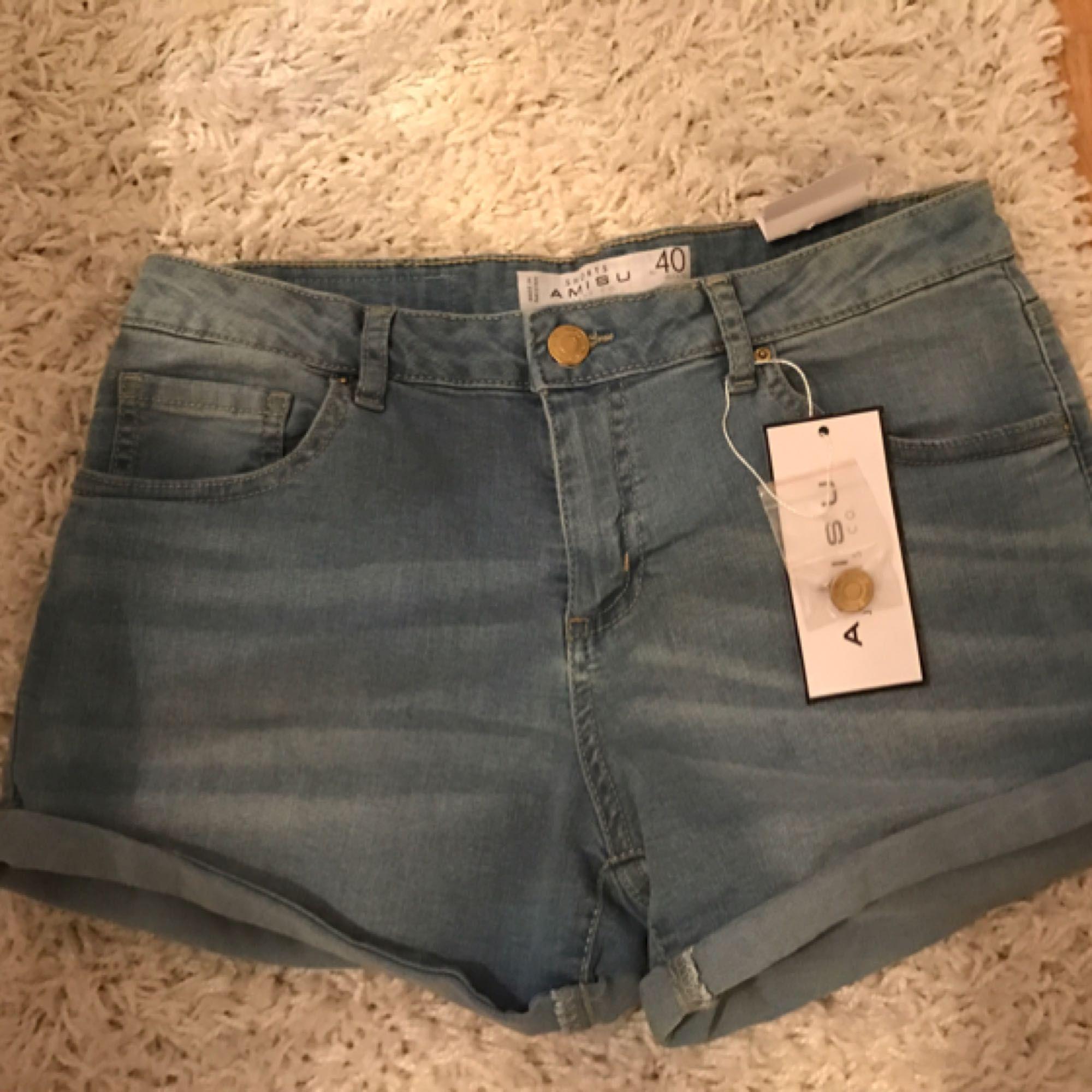 Helt sprillans nya shorts från new Yorker i storlek 40. Aldrig använda. Kan skickas mot frakt kostnad.. Shorts.