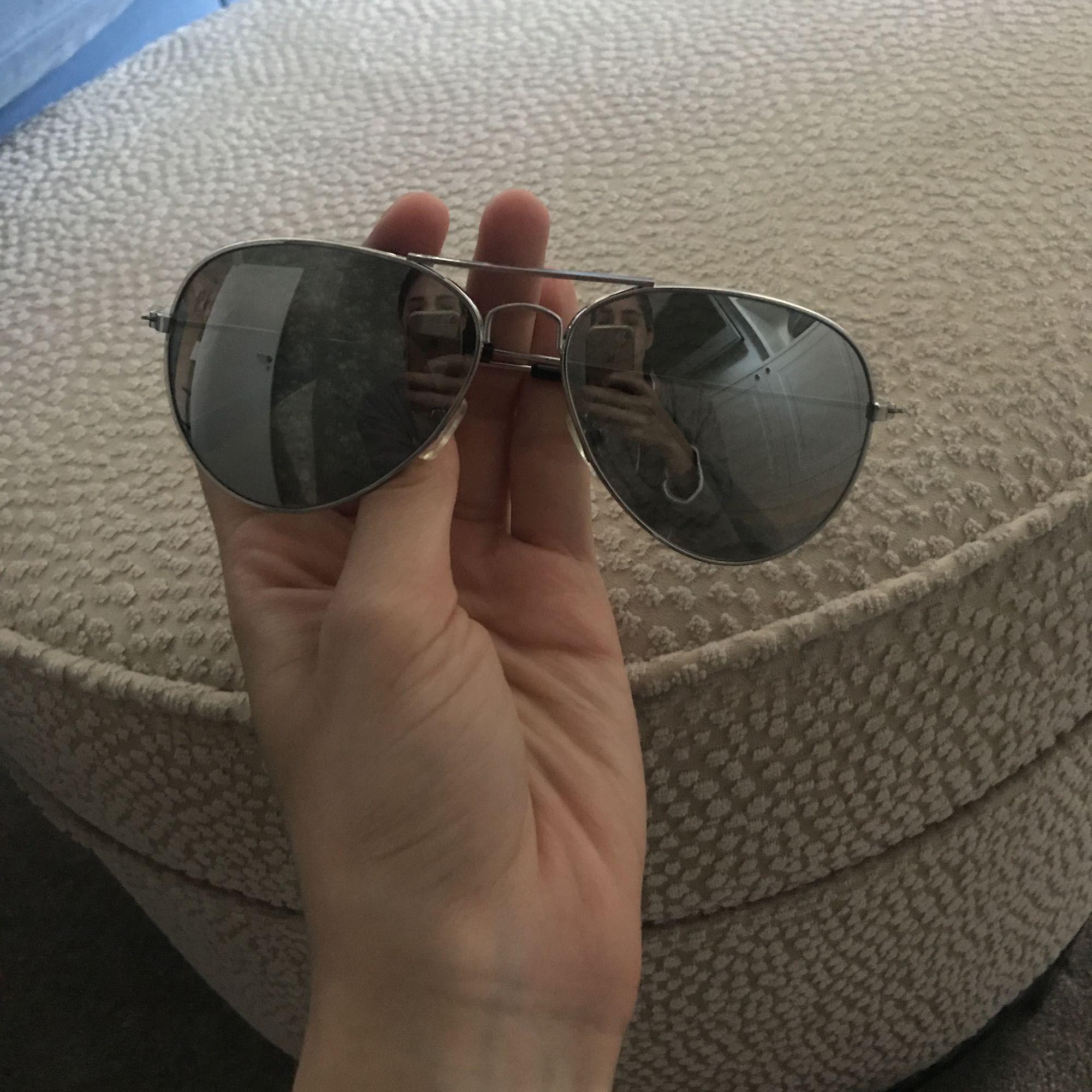 Solglasögon i spegelglas som jag dessvärre aldrig använt. Frakt ingår i priset! . Accessoarer.